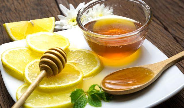 Odstana przez noc woda z miodem, z dodatkiem świeżo wyciśniętego soku z cytryny na wzmocnienie odporności