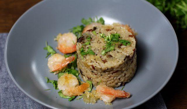 krewetki w tempurze podane z ryżem na białym winie z grzybową nutą, bakłażanem i świeżą kolendrą