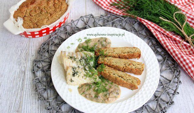 Marynowany, pieczony dorsz podany z sosem z grzybów leśnych oraz babką ziemniaczaną