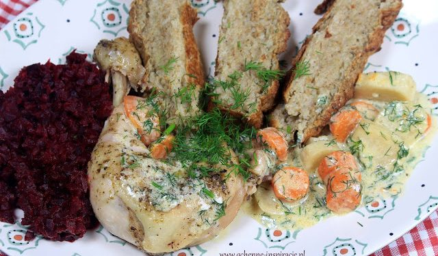 Kurczak w aksamitnym ziołowo - warzywnym sosie, podany z puszystą babką ziemniaczaną i jarzynką z pieczonych buraczków