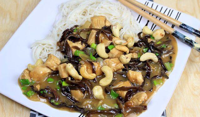 kurczak Gong Bao z makaronem ryżowym