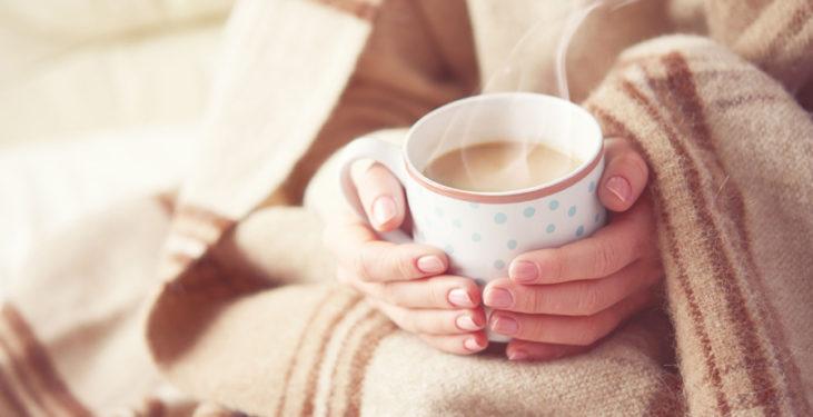 kobieta w kocu z kawą